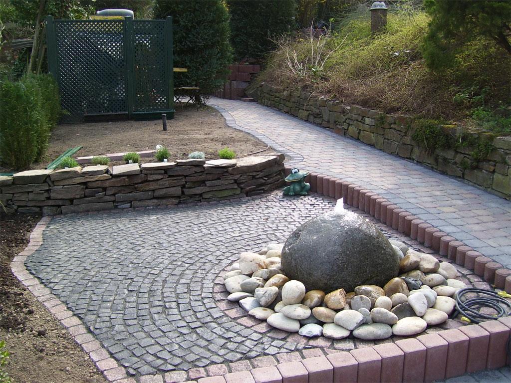 Gartenanlage mit Natur Stein